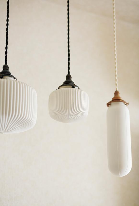 画像: 弘隆さんの作品。ランプの形も違うけれど、電球の明るさもそれぞれ変えてあり、空間に奥行きをもたらす
