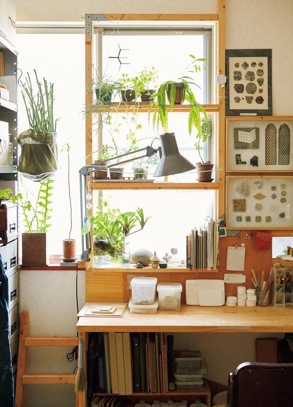 画像: 眞弓さんのアトリエスペース。「私はどうしても窓に面したスペースが欲しくて、ここを希望しました」。グリーンを置いて、リラックスしながら制作