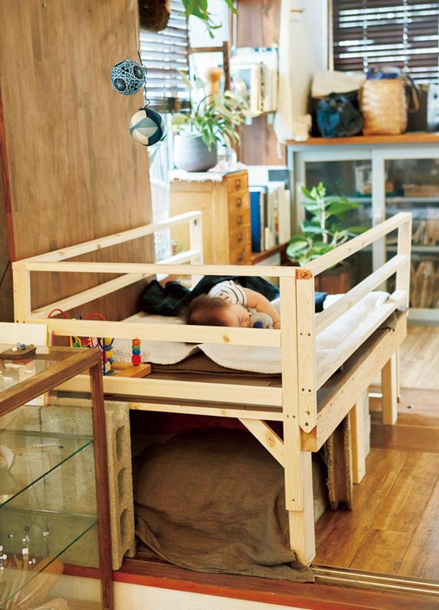 画像: 丞くんのベビーベッドも、弘隆さんの手によるもの。囲いの高さを調節可能にしてあり、立てるようになっても、安全に使えるようになっている