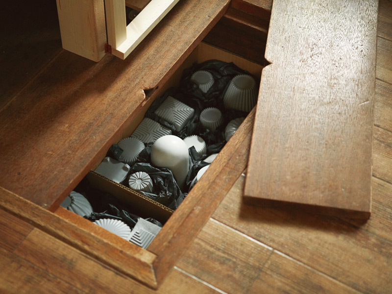 画像: 掘りごたつを床下収納として。弘隆さんの照明の型をここに保管。「火事があったらこれを持って逃げます」