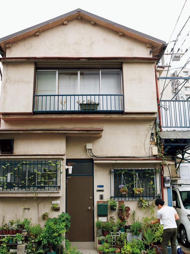 画像: 東京・下町にあるラジエーターの修理工場だった古い一軒家が、一家の住まい。緑に囲まれた玄関が目印