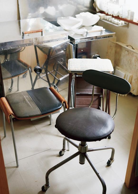 画像: 以前、使っていたアトリエにあった椅子。スタッキングできて便利だったけれど、座面のビニールが気になっていた。そこで、みずからレザーに張り替えて再利用。好みの質感になった