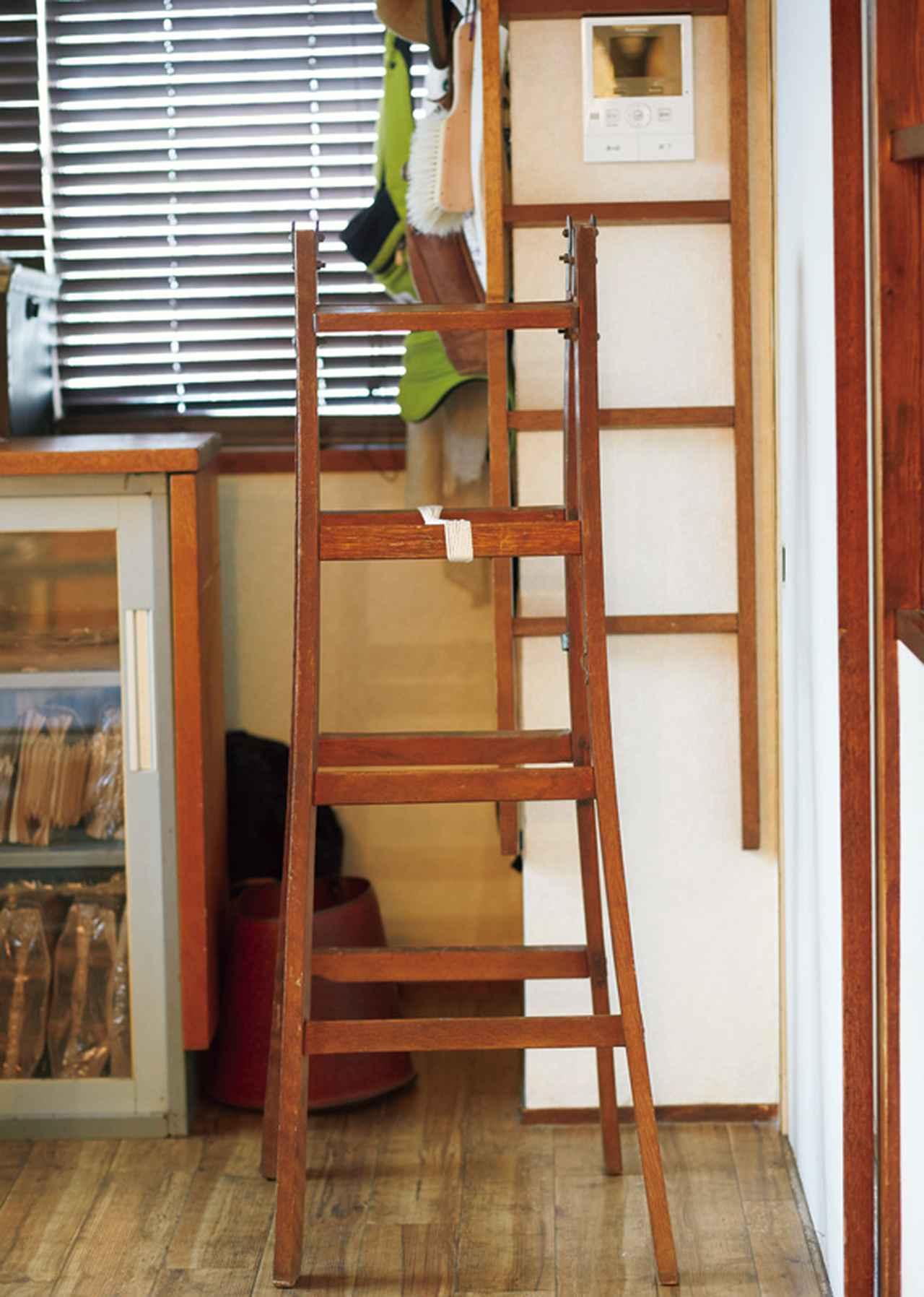 画像: 知人からもらった二段ベッドのはしご部分と、骨董市で見つけた古い脚立。ディスプレイというわけではなく、天袋に入れてあるものを取るときに使う、れっきとした実用品