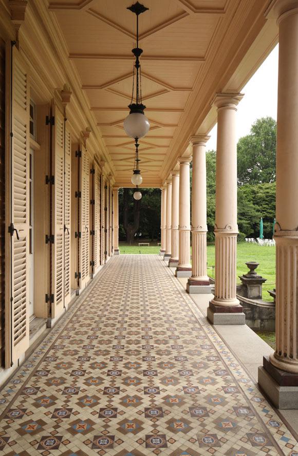 画像: 1階ベランダにはイギリスのミントン社製ヴィクトリアン・タイルが敷き詰められている