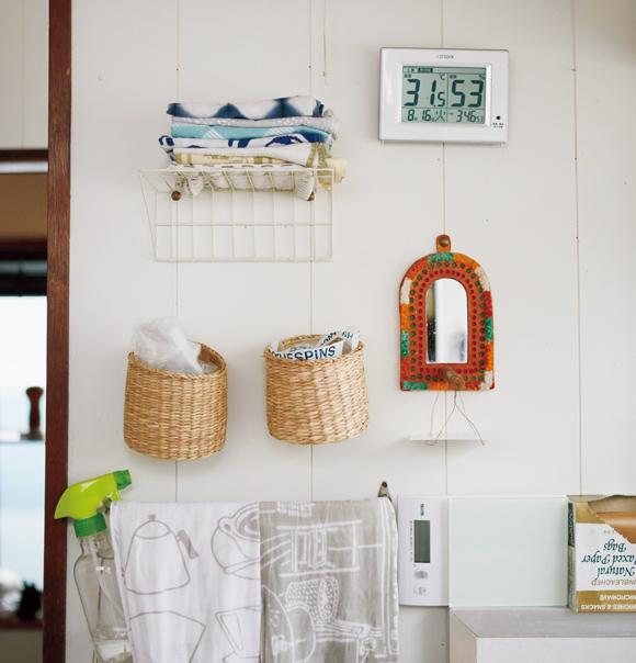 画像: コンパクトな台所にとっては、壁面も上手に活用したいスペース。棚をつくると圧迫感があるけれど、ラックを使えば、すっきりとした収納空間に