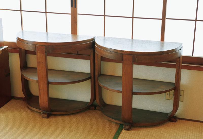 画像: 弘隆さんが好きな、1920~1930年代の上海家具。「ヨーロッパのアールデコ様式とアジア文化の融合が面白くて」。東京・早稲田の「on the shore」で購入