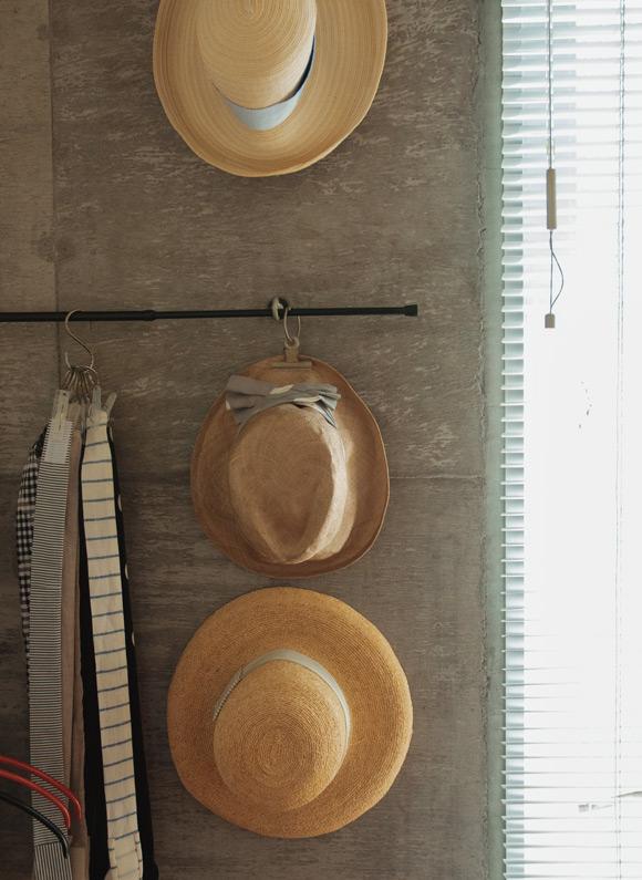画像: point リング×洗濯ばさみ 帽子用のリボンを挟んでいる洗濯ばさみには、単語帳などをまとめるリングを通すというひと工夫が。こうすることで、S字フックにまとめて吊るすことができる。リングは100円ショップで購入できる。