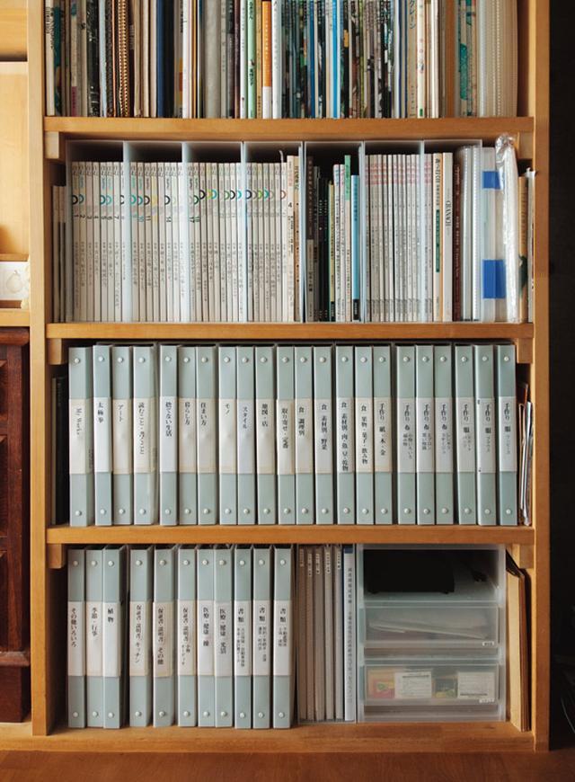 画像: 本棚の上段には雑誌を収納。倒れないよう「無印良品」のファイルボックスに入れて
