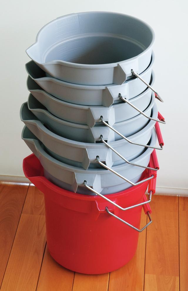 画像: お風呂の水を庭や床掃除に使うための「ラバーメイド社」のバケツ