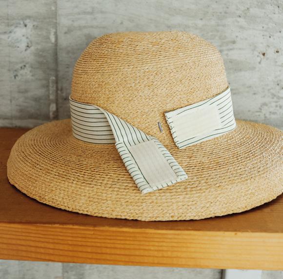 画像: 帽子のリボンで飛ばない工夫