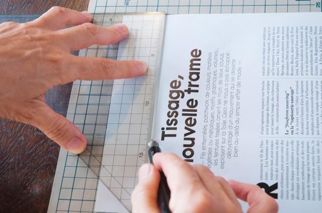画像: 1 定規を使い、ふたになる部分を鉄筆(※)でなぞり、折り線をつける