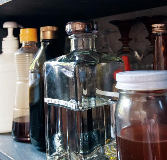 画像: 大きな角瓶が焼酎入れ。ラベルは「テプラ」を愛用