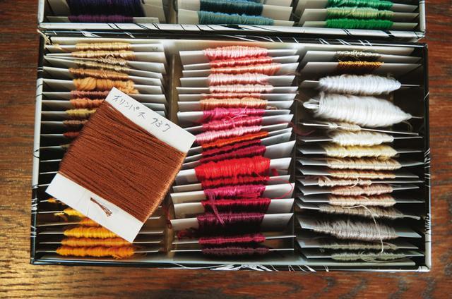 画像: 刺しゅう糸は台紙に巻き、絡まりにくく。商品名を書けば買い足すときも便利