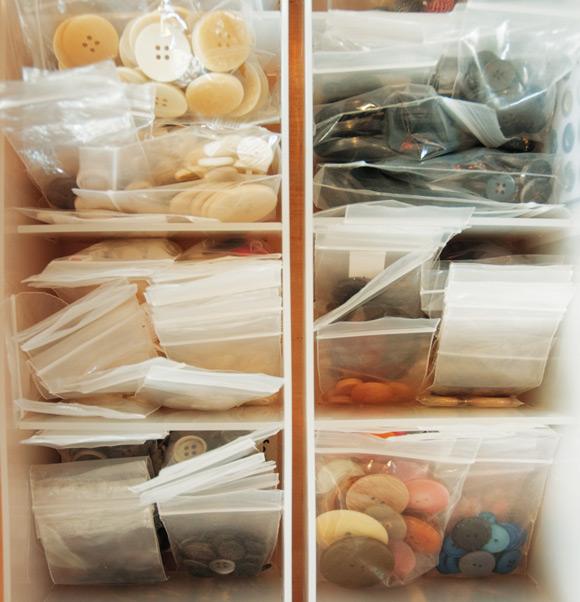 画像: ボタンは、素材別、サイズ別に分け、透明の袋に入れて見えるように収納