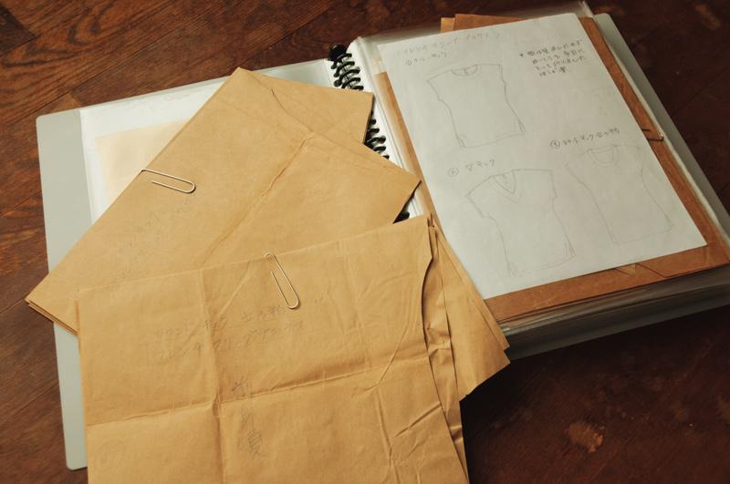 画像: 洋服の型紙もサイズに合わせて折りたたんで入れる