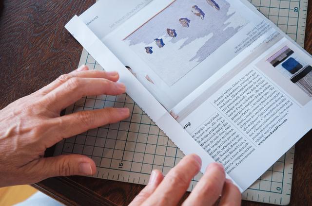画像: 3 一度広げ、左右各1.5cmを、定規を使い鉄筆で折り線をつけてから折る