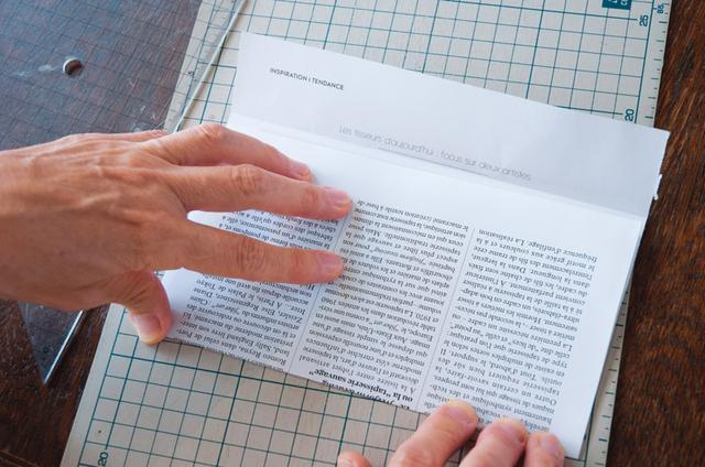 画像: 2 1の折り線から4mm下の位置に紙の端がくるように折り上げる
