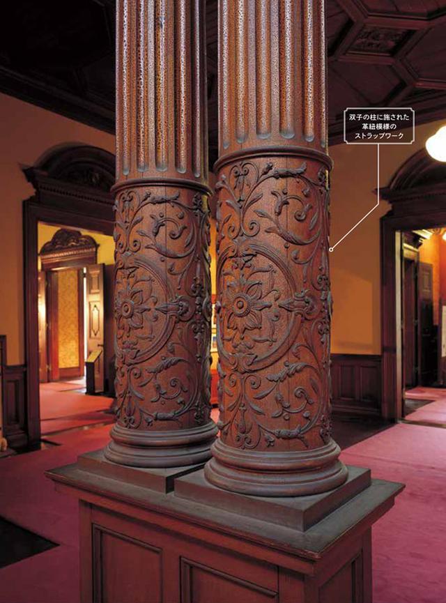 画像: 双子の柱に施された革紐模様のストラップワーク