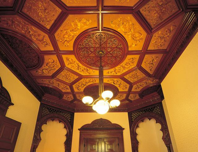 画像: イスラム風の精緻な紋様の刺繍が施されたシルクが貼られた 1 階婦人客室の天井