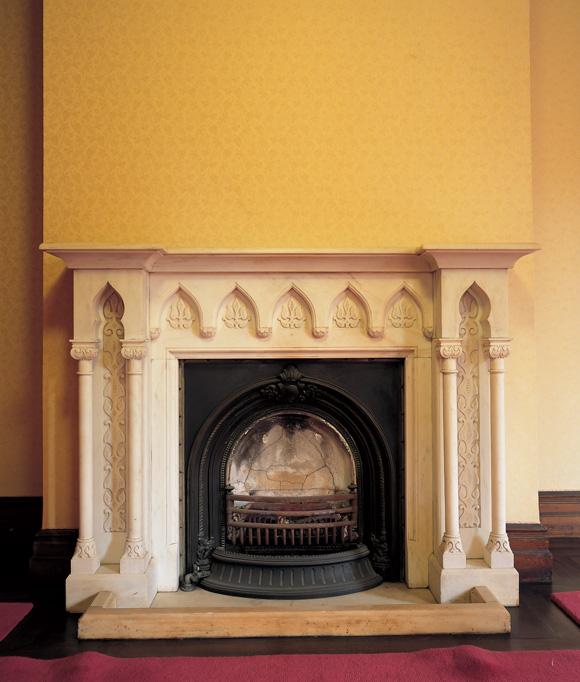 画像: 1 階婦人客室の暖炉。どことなくイスラム風のデザイン