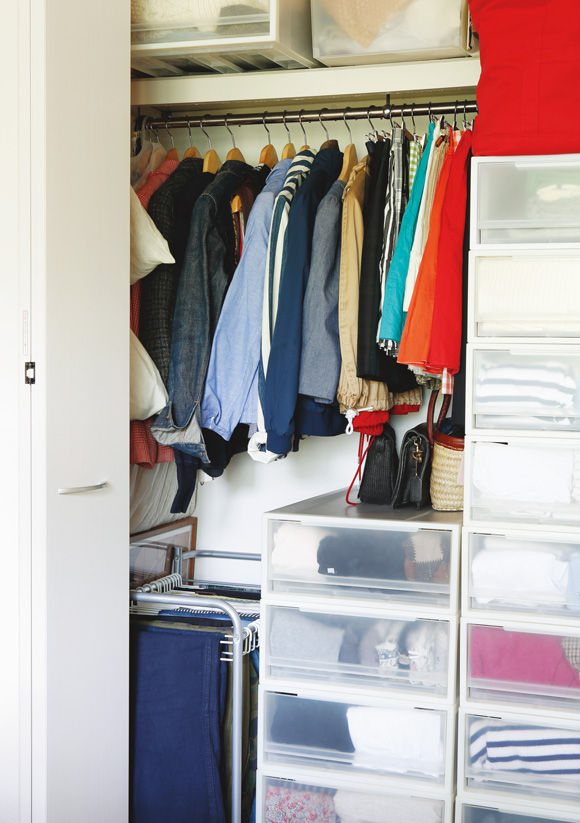画像: ハンガーにかけるものは丈が短いものに限定。残りの空間には浅型収納ケースを積み上げる。手に取りやすい引き出しには、いまの季節のものを。衣替えは、引き出しの場所を入れ換えるだけ
