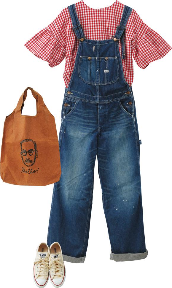 画像: ワイドな袖のシルエットが特徴のブラウスは、「ブランケット」。こんな個性的なアイテムには、「リー」のオーバーオールをシンプルに合わせるくらいが、いいバランス。バッグは「マコー」のリサイクルレザー