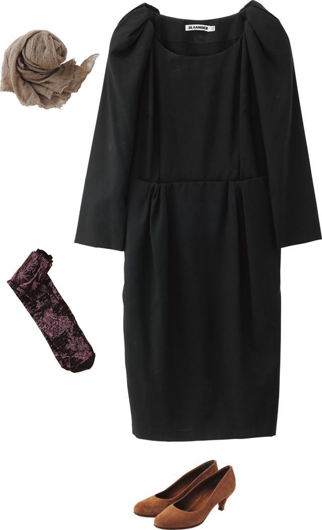 画像: 「ジル・サンダー」のワンピースは、そのシルエットをコートで隠すのがもったいないので、車移動でアウターを必要としないときに着用。靴はシンプルな「バリー」。「アンティパスト」の柄タイツでアクセントを