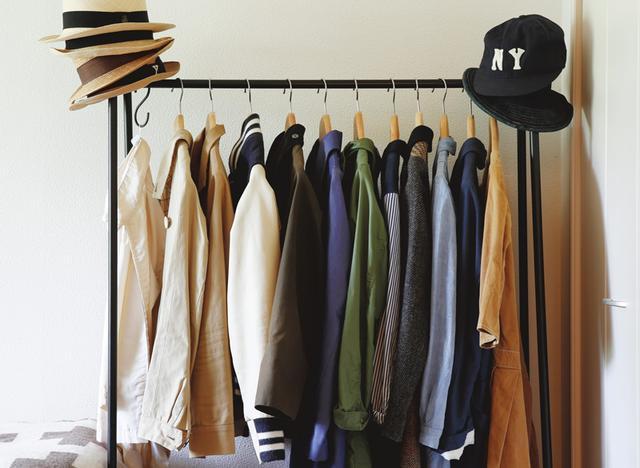 画像: やや厚手のアウターや丈長の薄いコートは、クローゼット脇のラックに。厚手コートはクリーニング店の保管サービスへ