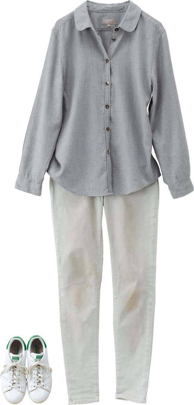 画像: 「マーガレット・ハウエル」のシャツと、「アメリカン・ヴィンテージ」のデニムでカジュアルに。白を選べば、デニムでもすっきりと上品な印象になる。靴は動きやすさを重視して、「アディダス」のスタンスミス