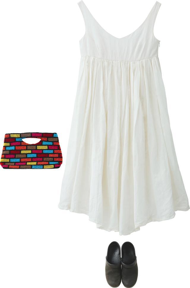画像: コットンリネンのワンピースは「スポークン ワーズ プロジェクト」のもので、実はウエディングドレスをリメイクしたもの。クラシックな印象の一枚なので、足元は「ダンスコ」でほどよくカジュアルダウン