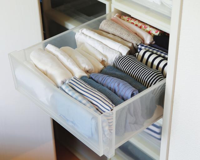 画像: 子どものころから、洋服は小さくたたんで立てて収納。収納力アップとともに、上から見ると服の色柄がひと目でわかり、朝の忙しい時間も、コーディネートに手間取らない