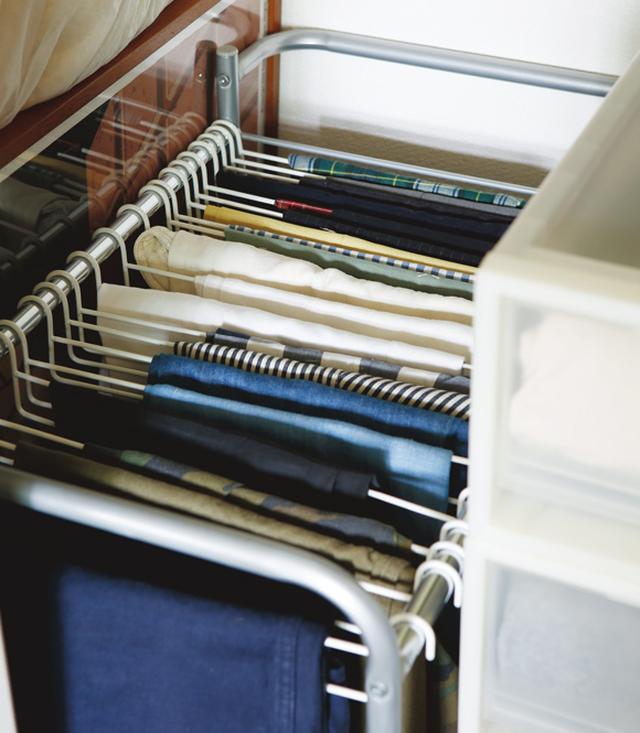 画像: パンツ類はたたんで収納すると折りじわがつき、なかなかアイロンでも取れない。通販で買ったパンツハンガーを活用