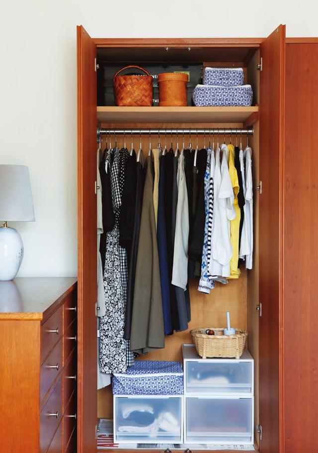 画像: こちらが、デイリーに使うアイテムだけを集めた、メインのクローゼット。収納ケースの中は、かなりの余裕が。横の引き出し簞笥には、ご主人と兼用で、Tシャツ類を入れている