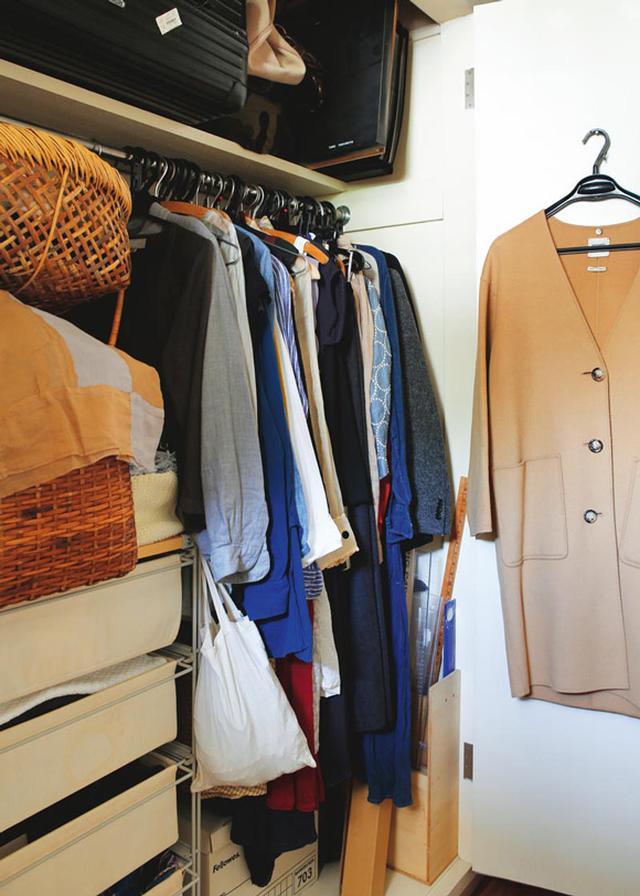 画像: 扉裏まで活用しながら、限られたスペースにインナー類までをすべて収納。この中に、服とは関係ない仕事道具まで入っているというから驚く。かごが、見た目もかわいいポイントに