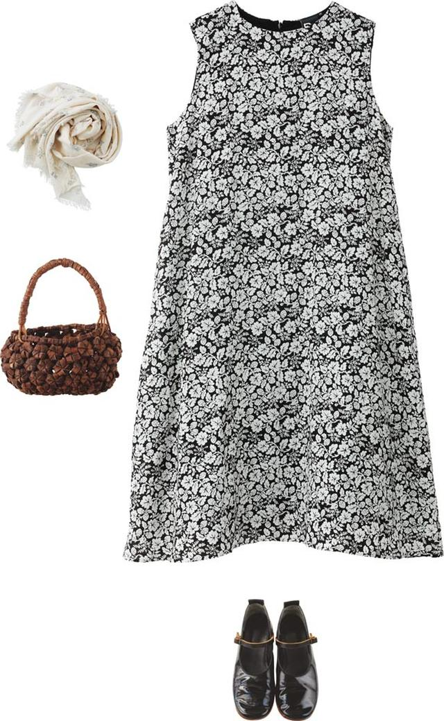 画像: シックな柄で大人っぽい印象のワンピースは「オールドマンズテーラー」のもの。ちょっぴり個性的なかごは、「kegoya」で発見。夏らしい、ワンピースだけをさらりと着た、すっきりコーディネート
