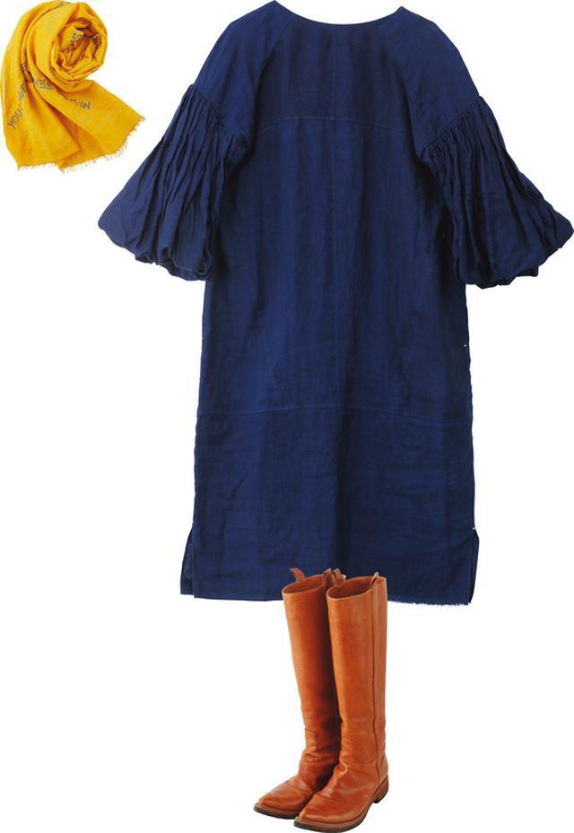 画像: 大きく膨らんだ袖が特徴的な、「スクランプシャス」のワンピース。一枚でインパクトがあるから、足元は、すっきりしたシルエットの「サルトル」のブーツを。カラーアクセントとして、黄色のストールをプラス