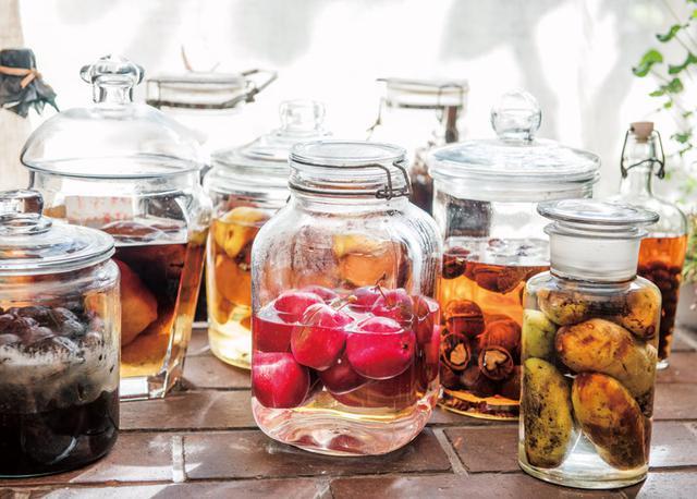 画像: 美しい果実酒はまとめて並べておき、眺めて愉しんでいます