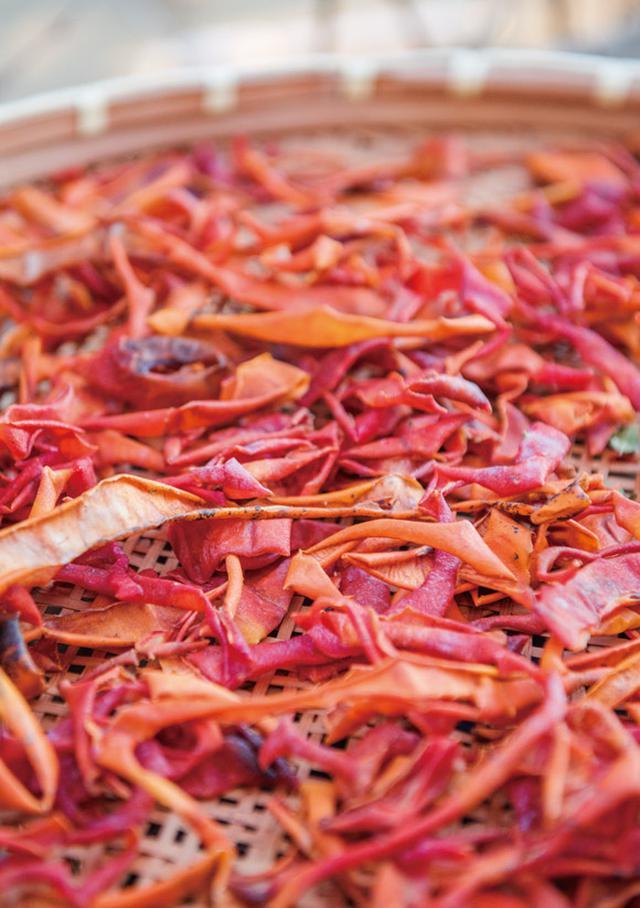 画像: 干し柿を作るときに出る皮は、渋柿とともに干し、たくあんを作る際に入れたり、冷凍保存してぬか床やだしに入れたり