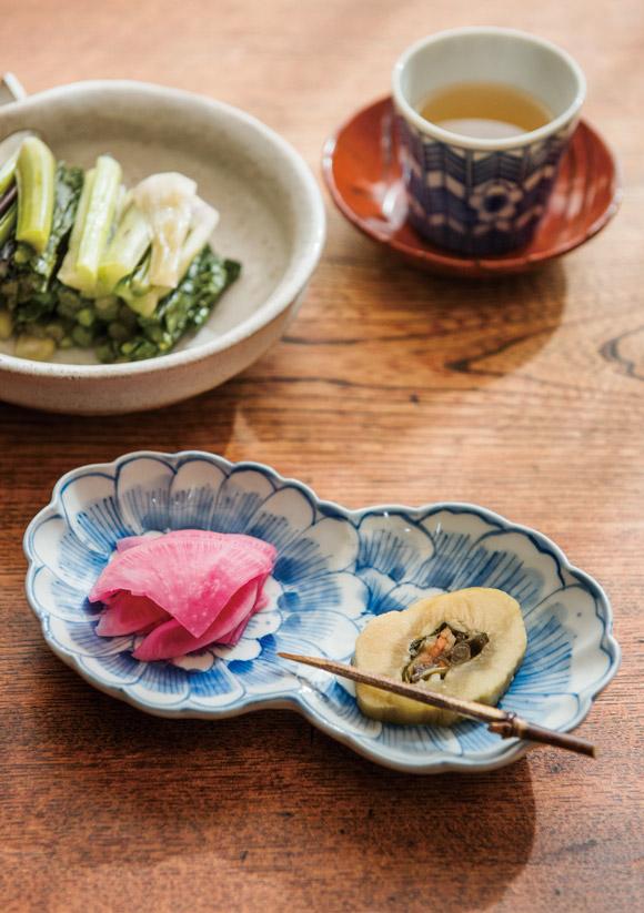 画像: 信州では手作りの漬物もお茶請けにします。野沢菜(左上)と、大葉や根菜を詰めた瓜の漬物(右下)、赤大根のぬき粕漬け(左下)で、お客さまをもてなします。