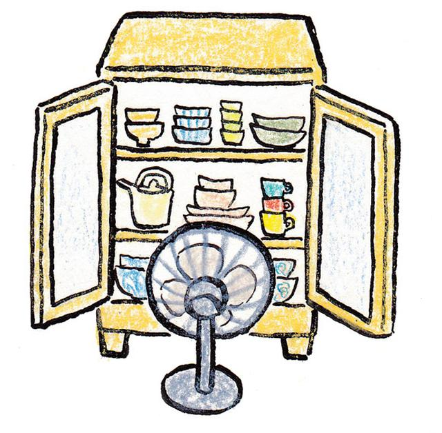画像: 食器棚の風通しは扇風機の力も借りて