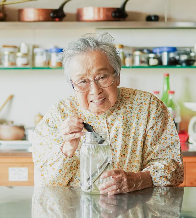画像: 水に昆布といりこを入れ、家庭料理のベースとなる水だしを取るタミさん
