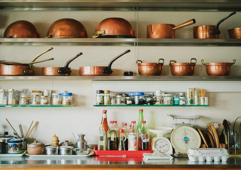 画像: 整理して並べられた鍋や調理道具、調味料類