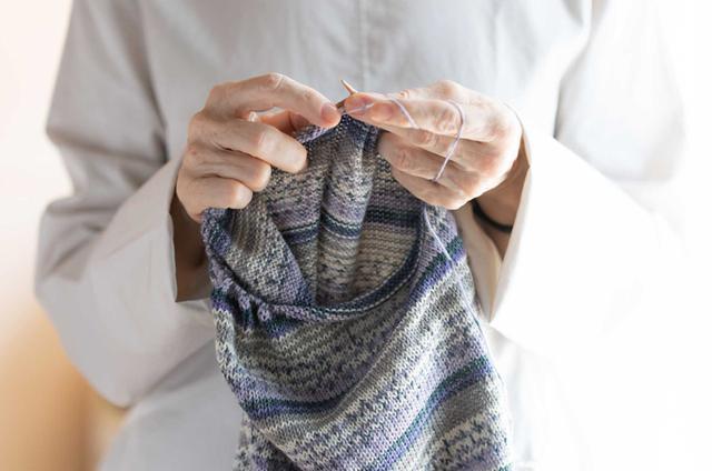 """画像3: 一本の毛糸を編むだけで模様が現れる """"魔法の毛糸"""" に魅せられて。"""