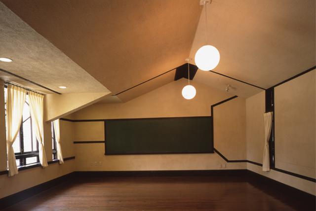 画像: 低い天井の傾斜や窓から差し込む光が、教室を落ち着いた雰囲気に演出している
