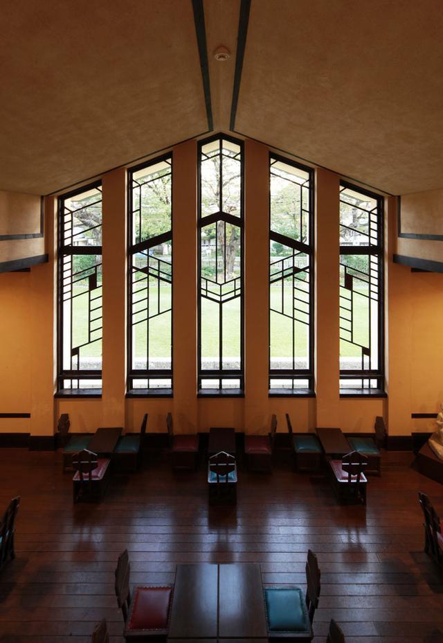 画像: 中央棟にあるホールから中庭を望む。太い柱と木枠、桟が見事な幾何学模様を構成する