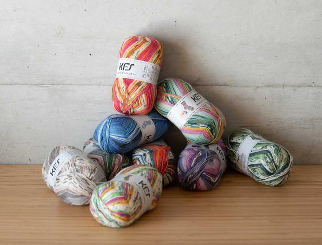 """画像1: 一本の毛糸を編むだけで模様が現れる """"魔法の毛糸"""" に魅せられて。"""
