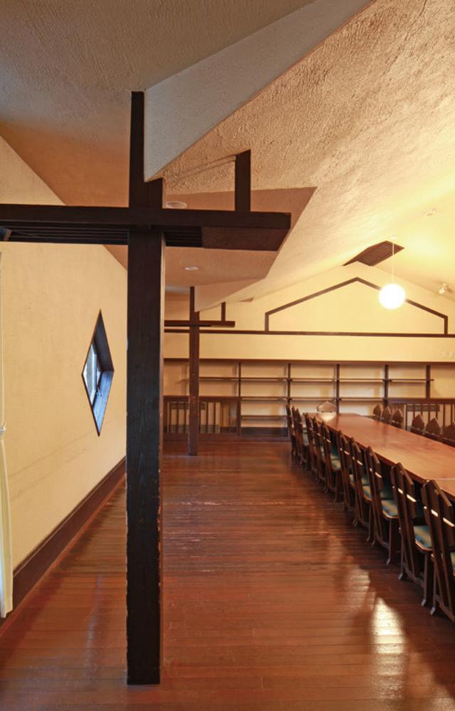 画像: この教室の船底天井にも幾何学模様のデザインが用いられ、いかにもライトらしいすっきりとした仕上がり