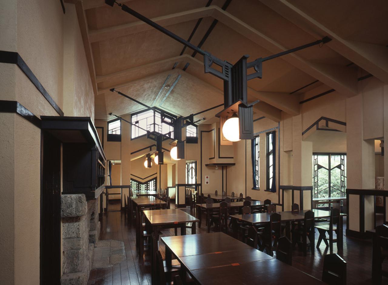 画像: 中央棟にある大食堂。船底天井からライトのデザインによる木製の照明が下がっている