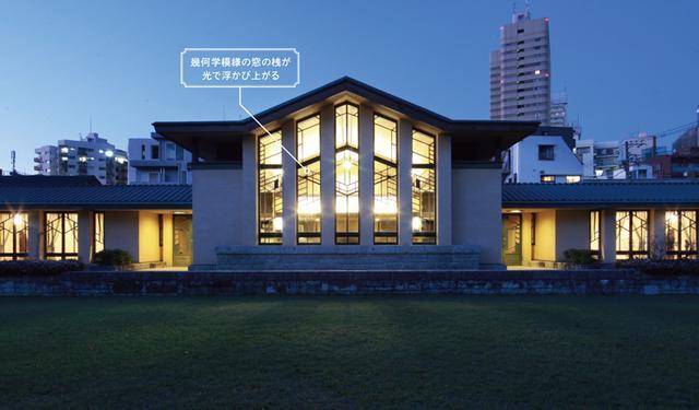 画像: 夕暮れ時の外観。内部の光によって窓と桟のデザインが強調されて美しさが倍加する