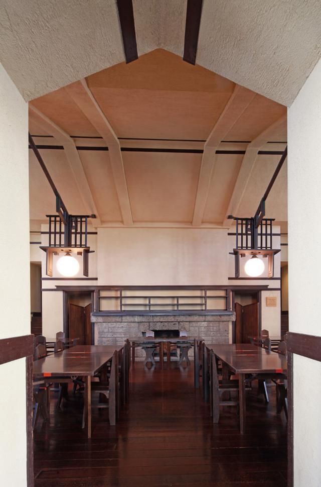 画像: 大食堂を次室から見る。すべてがシンメトリックに設計されているのがよくわかる
